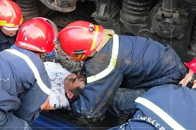 Tai nạn hy hữu, người đàn ông kẹt tay dưới gầm tàu hỏa
