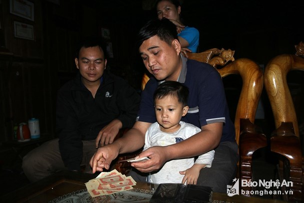 Nghệ An: Dọn nhà, phát hiện cọc tiền cổ thời ông cha để lại