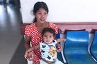 Nỗi nhọc nhằn của người mẹ dân tộc nuôi con không có hậu môn