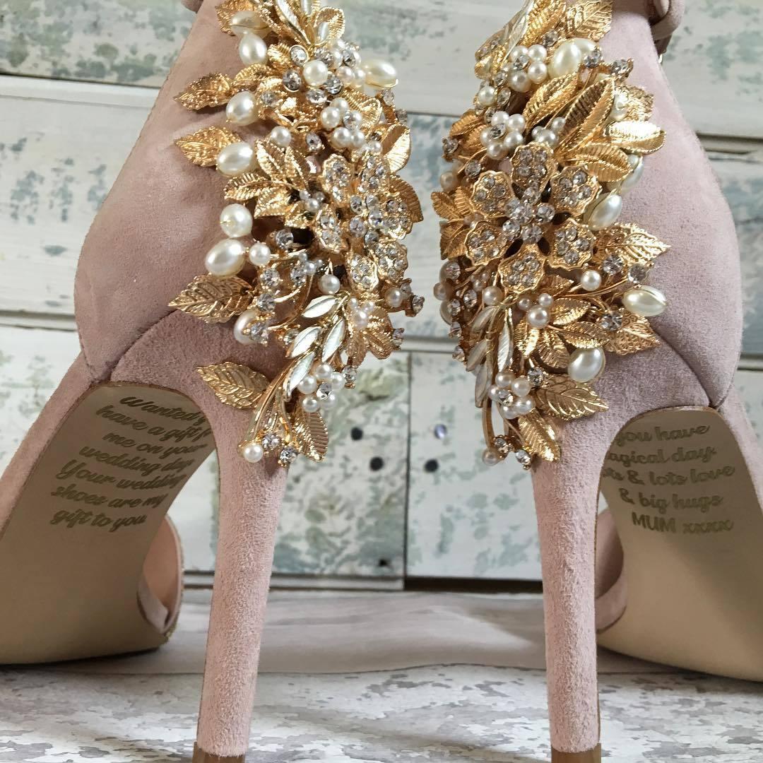 Cô dâu khóc không thành tiếng khi phát hiện ra điều bất ngờ dưới đôi giày cưới