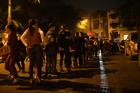 Hàng trăm người vẫn đội mưa chờ xét nghiệm, chuyên gia khẳng định không cần