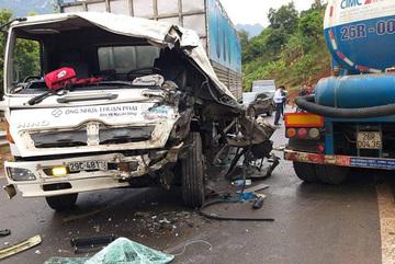 Xe tải ôm cua đấu đầu xe bồn trên quốc lộ 6, tài xế bị thương nặng