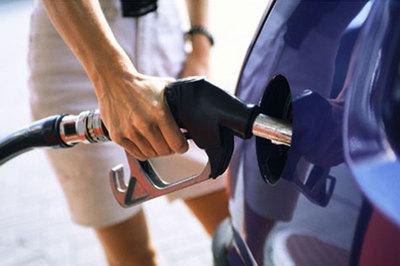 Sai lầm khi để bình xăng ô tô cạn mới đổ