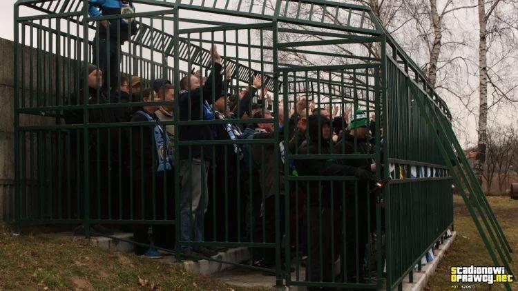 Ép khán giả ngồi chuồng xem bóng đá, dư luận dậy sóng