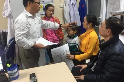 Cần lắm 20 triệu đồng mổ mắt cho bé gái dân tộc Dao