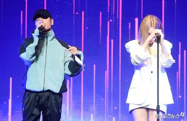 Fan cuồng sàm sỡ thần tượng Hàn ngay trên sân khấu