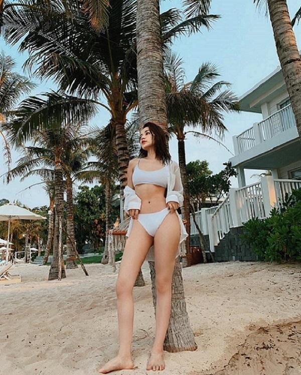 Chi Pu mặc bikini khoe dáng nóng bỏng trước biển