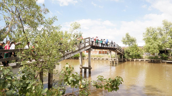 Nhựa Tiền Phong xây cầu nối dài từ Bắc chí Nam
