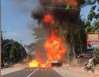 Xe tải phát nổ bốc cháy dữ dội trên đường