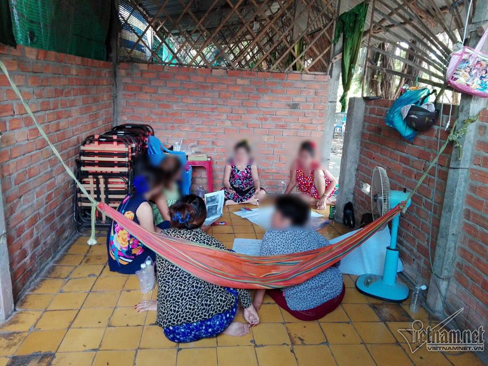 Nghẹn lòng mát-xa miền Tây: Mẹ cùng con gái vào phòng với khách