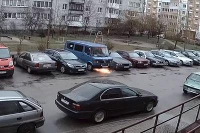 Clip nóng: Chiếc xe tự di chuyển, cháy ngùn ngụt sát chung cư