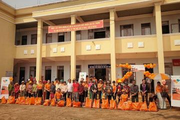 300 gia đình khó khăn ở Tây Nguyên nhận quà từ FWD