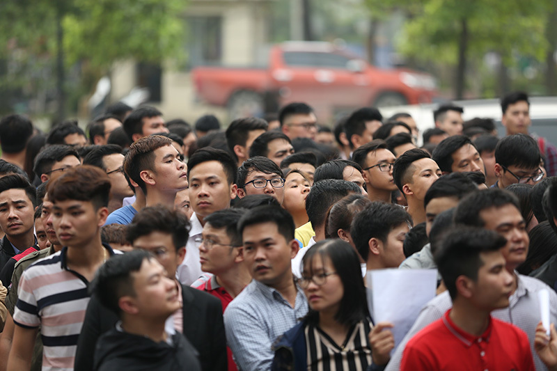 Nghìn người xếp hàng lấy vé online xem U23 Việt Nam