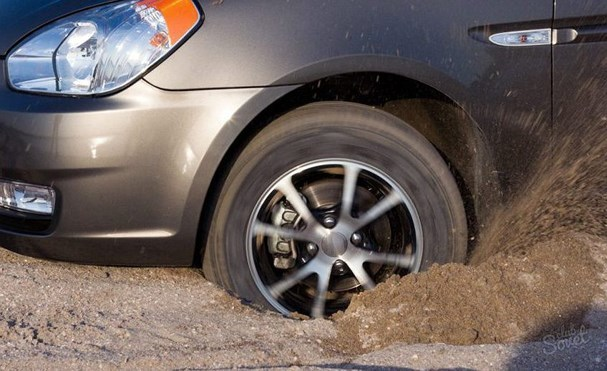 5 mẹo 'cứu' ô tô bị thụt bánh xuống hố