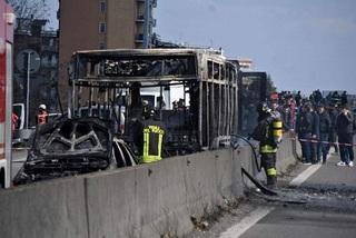 Tài xế bắt cóc 51 học sinh, đốt cháy xe buýt