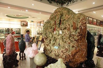 Chín con rồng ngọc nguyên khối nặng 2 tấn, chủ nhân ra giá 10 tỷ đồng