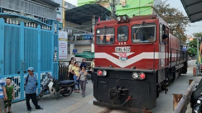 Xế hộp chình ình trên đường ray, đầu tàu hỏa 'bất động' 2 tiếng