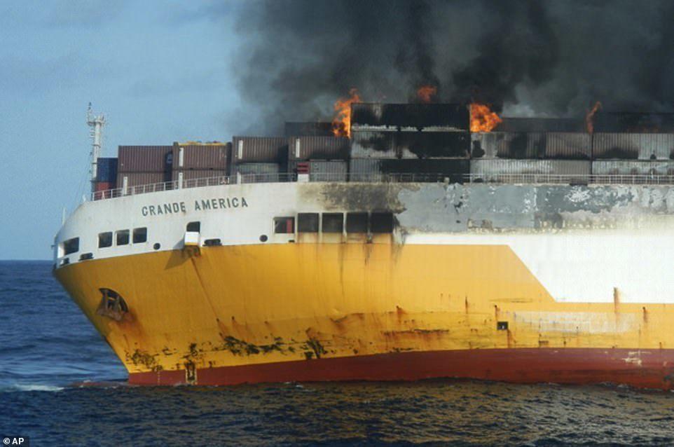 Tàu cháy rực, tiếc rẻ nhìn hàng nghìn xe sang chìm nghỉm