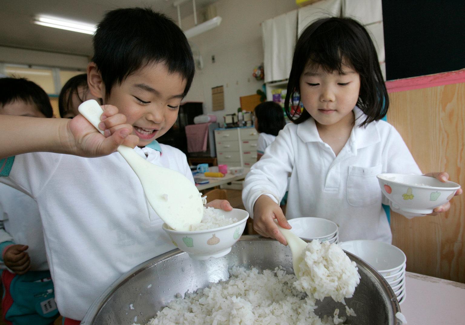 Có gì trong bữa ăn của trẻ em Nhật khiến thế giới phải học tập?