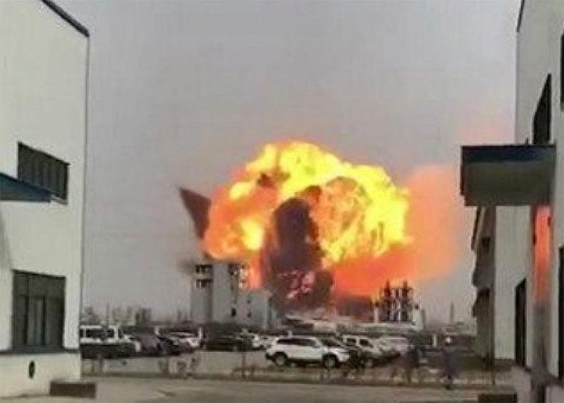 Nhà máy hóa chất nổ tung, mặt đất rung chuyển