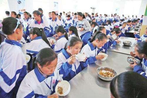 Hiệu trưởng và giáo viên phải ăn cùng học sinh sau vụ thức ăn thối mốc