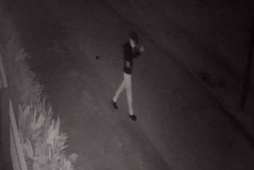 Một phóng viên bị ném trứng thối trộn dầu nhớt vào nhà trong đêm