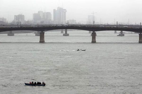 Phà quá tải chìm giữa sông, hàng chục người chết