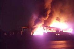 Xe giường nằm cháy ngùn ngụt trên QL1, hành khách tháo chạy