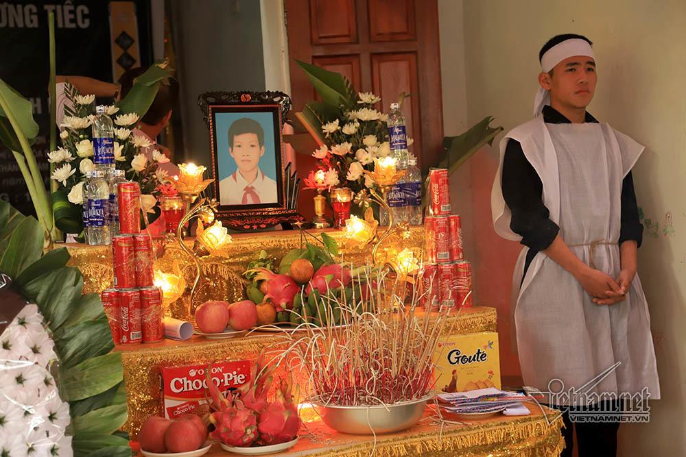 Di ảnh, bàn thờ emNguyễn Bình Minh. Một người họ hàng phải đứng ra chịu tang
