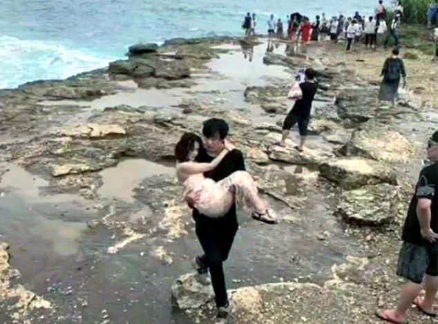Clip nóng: Tạo dáng trên vách đá, thiếu nữ bị sóng biển cuốn phăng