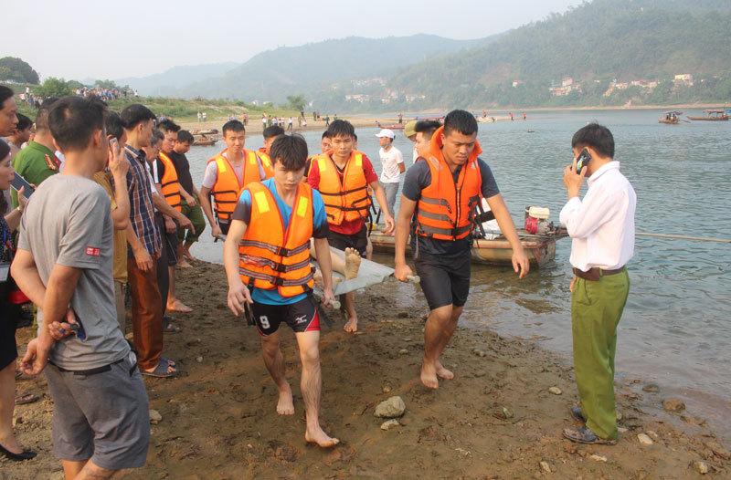 Phút đối mặt tử thần đưa thi thể 8 học sinh đuối nước lên bờ