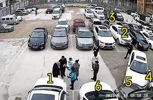 Nữ tài xế lùi xe trong bãi đỗ khiến 6 ô tô móp méo