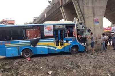 Xe khách đâm vào trụ cầu nát bét đầu, 12 người bị thương