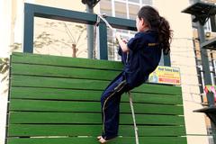 Học sinh vượt thang dây, tường đứng rèn thể lực