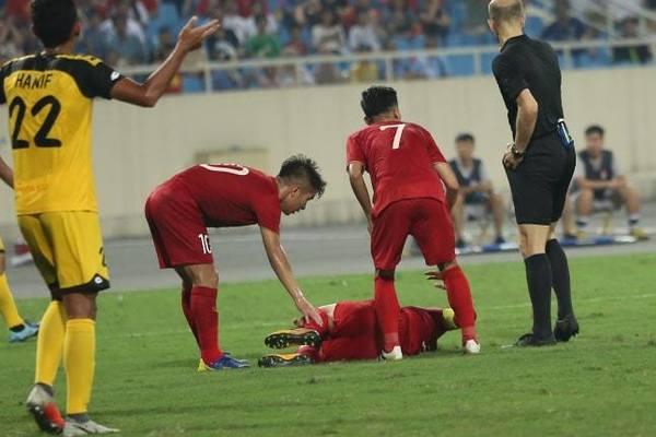 Thót tim cảnh Quang Hải nằm đau đớn trên sân