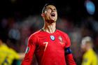 """Ronaldo """"câm nín"""" khiến Bồ Đào Nha hòa thất vọng"""