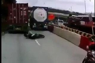 Tai nạn thảm khốc khi chen lấn vượt xe tải