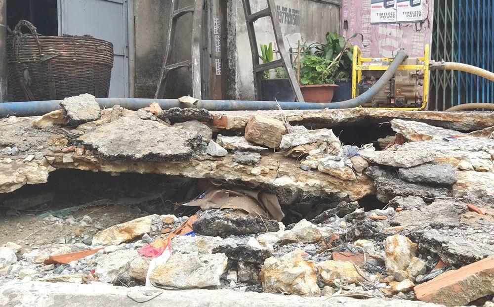'Hố tử thần' rộng 2 mét bất ngờ xuất hiện trong nhà dân ở Sài Gòn