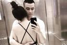 Phản ứng lạ của Hoàng Thùy Linh khi Vĩnh Thuỵ khoe ảnh ôm cô gái lưng trần