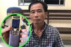 Cặp đôi 'khoắng' điện thoại Vertu 1 tỷ đồng của đại gia đi lễ chùa