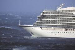 Đứng tim giải cứu 1.300 người mắc kẹt trên biển