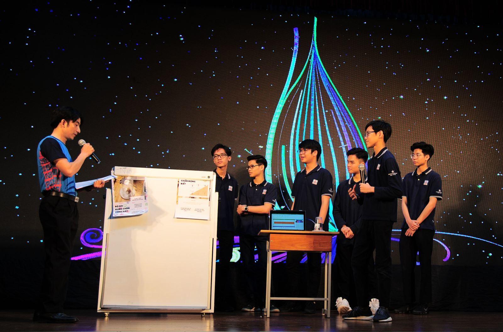 Học sinh Hà Nội biểu diễn bàn tay lửa, cảnh báo động đất