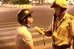 CSGT kiểm tra nồng độ cồn ở 'điểm nóng' tai nạn Hàng Xanh