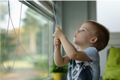 Thận trọng với rèm cửa chớp kéo dây khi nhà có trẻ con