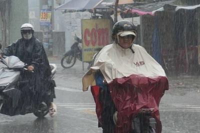 Người Sài Gòn bất ngờ đón 'mưa vàng' giải nhiệt giữa trưa