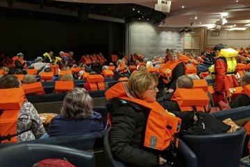 Thót tim giải cứu hàng trăm khách kẹt giữa biển bằng trực thăng