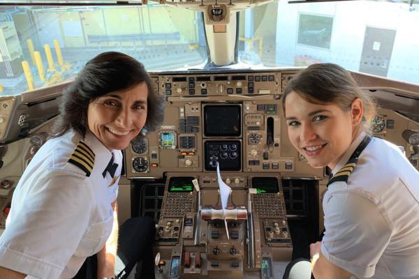 Hành khách bất ngờ khi bay chuyến có hai phi công là mẹ con