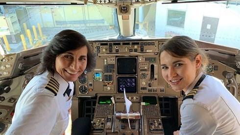 Mẹ và con gái 'song kiếm hợp bích' điều khiển máy bay chở khách