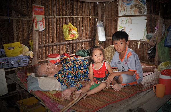 Cụ ông gần 80 tuổi vẫn lượm ve chai nuôi vợ liệt giường