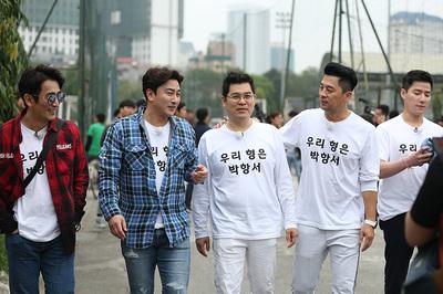 """Dàn diễn viên """"nam thần"""" Hàn Quốc cổ vũ thầy Park"""